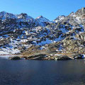 Hochebene des St. Gotthard mit Schmelzwassersee.