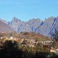 Mit dem Gebirgsmassiv der Alpen im Hintergrund...