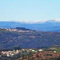 Die Gipfel im Hintergrund sind seit heute morgen mit Schnee bedeckt.
