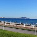 Strandpromenade mit Blick auf Sebta/Ceuta.