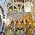 Cordoba - Mezquita - christliches Kreuz unter maurischen Säulenbögen