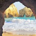 ... Blick auf die Algarveküste bei Flut ...