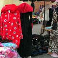 In den Souks der Medina von Meknes - die neuesten Modehits. Das sind keine Schlafanzüge. Diese Mode prägt hier das Stadtbild!