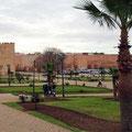 Park mit Steyr vor den Mauern der Medina.