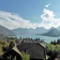 """Blick auf den """"Petit Lac"""" und das Chateau de Duingt bei Talloires."""