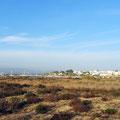 Blick auf Alvor über die Dünen der Lagune.