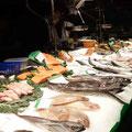 Frischer Fisch - Stand in DER Markthalle Barcelonas, der Mercat de Sant Josep / La Boqueria.