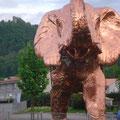 Bregenzer See-Elefant mit Ruine im Hintergrund