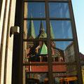 Spiegelung Lübeck Marienkirche im Karstadtfenster