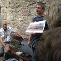 Der Archäologe Dr. Wieland erklärte im Schloßgarten ausführlich wie die Kelten das Eisen mit Hilfe von Rennfeueröfen gewannen.