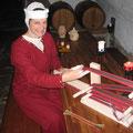 Jutta von Arenbach am Brettchenwebstuhl