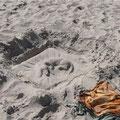 такса из песка в процессе работы