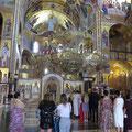 Während einer Hochzeit in einer sehr modernen Kirche in Podgorica