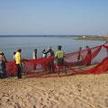 Fischer beim Einholen des Netzes