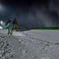 Snowboarder auf Nachtskipiste