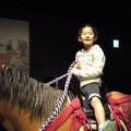 馬にだって乗れちゃうわ