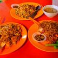 ワンタンミーはドライとスープが選べます。激安屋台料理のひとつ。でも味もボリュームも満足。@KL Chinatown