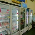 鮮魚コーナーの反対側には冷凍の魚介類がいっぱいあるんだ。釣り用のエサやペット用のごはんも売られている。