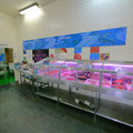 店内はとてもコンパクト、鮮魚コーナーがこちら。