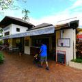 外観もあたりのレストランと比べてひときわ輝きを放っているデザイン。