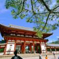東大寺南大門をくぐると、多くの観光客が歩いてるんだわ。