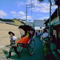 人気の人力車。奈良界隈を若い男前の兄ちゃんが突っ走ってくれる。