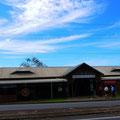 フレッシュウォーター駅、正面エントランス。こじんまりした駅。