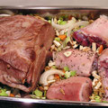 ..mit Wurzelgemüse und Knöchli/Schweinsfüssle nun 3 Std. bei 90° C schmoren