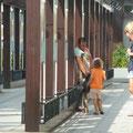 Ohne Hemmungen und voller Neugierde geht Siena auch auf Bettler zu