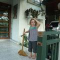 Um Geld zu sparen, liessen wir dann Siena vor unserem Guesthouse die Terrasse wischen.