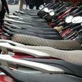 Die Toeffs werden schoen in Reih und Glied am Strassenrand parkiert (vielmals von entsprechenden Parkwaechtern)
