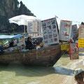 """Die perfekte Versorgung am """"einsamen"""" Strand: das komplette Restaurant im Long-Tail-Boat (Phranag Cave Beach, Railey)"""