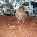 Siena speilt mit ihren Polly Pockets im Dale Campground (Karijini)