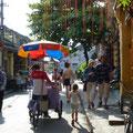 Siena verfolgt einen Glaceverkäufer in den Strassen von Hoi An