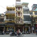 Eine typische Haeuserfront in Hanoi: diese schmale aber dafuer recht tiefe Bauweise ermoeglicht, dass ausserordentlich viele Geschaefte einen Platz finden.
