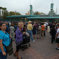 Morgens um 6:30 vor dem Disney Adventure Park...
