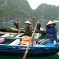 Von diesen Damen wurden wir zum schwimmenden Fischerdorf gerudert
