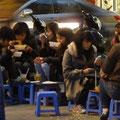 Die für Hanoi typischen kleinen Stühle in einem Strassencafe