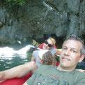 Mit dem Kajak lassen wir uns um die Felsen herum paddeln (und unten durch)