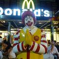 """Patong: Selbst Ronald macht hier das """"Kob Kun Khrap-Männchen"""""""