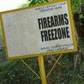 Bei vielen Örtlichkeiten werden die Philippinos aufgefordert ihre Waffen abzulegen
