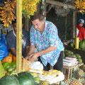 Ananas prüfen auf dem lokalen Markt