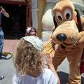 Siena macht Bekanntschaft mit Mickeys Hund Pluto
