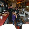 Siena hat voller Begeisterung hinter dem Tresen im Restaurant KOTO den Angestellten bei der Arbeit geholfen