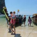 Ausstieg aus dem Long-Tail-Boat am Strand von Railey