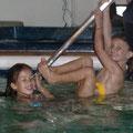 Die Freundinen Siena und Sophia beim nächtlichen Baden im Pool