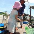 Tam zeigt Siena wie man einen Wurm badet (ganz zur Unterhaltung der Fische)