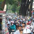 In Saigon sind alle Strassen von Mopeds geflutet!