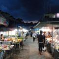 Die Dämmerung über dem Night Market von Krabi Town