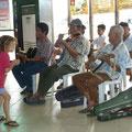 Siena tanzt vor den pensionierten und/oder tauben und/oder blinden Musikanten am Jettyport von Caticlan